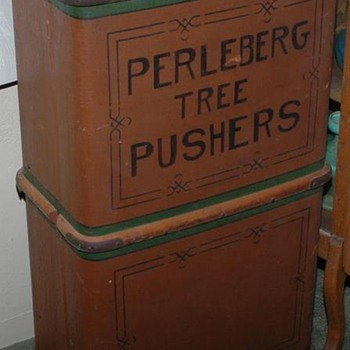Neat early old trunk - Furniture