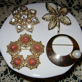 Vintage Sarah Coventry Brooches - Costume Jewelry