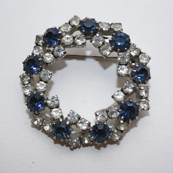 Pretty little unmarked brooch - Costume Jewelry