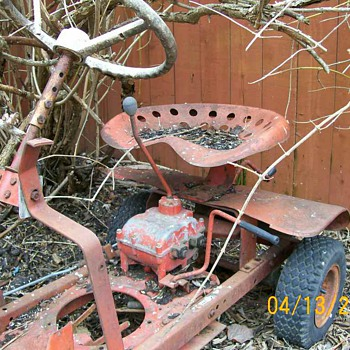 Vintage Tractor lawnmower buried under my bush and Waterpump - Tractors