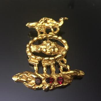 Weird brooch pendent