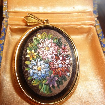 Large oval Micro Mosaic flower pendant mounted in yellow gold - Fine Jewelry