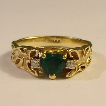 Beautiful &quot;Heart Shaped&quot; Emerald With 2 Diamonds in 14k Mid 1940&#039;s - Fine Jewelry