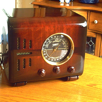 "1937 zenith 5s-218 ""cube"" am/shortwave radio."