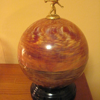 A VINTAGE BAKELITE BOWLING BALL  LIQUOR  SHOT SET