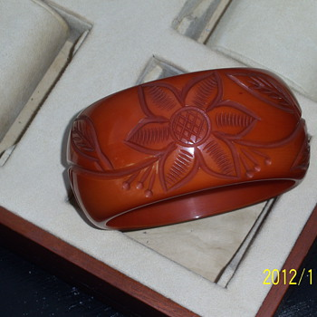 TO BE OR NOT TO BE... SHEESH BAKELITE - Costume Jewelry