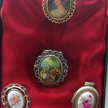SELECTION OF PORCELAIN PENDANTS CLIPS AND BROOCHES