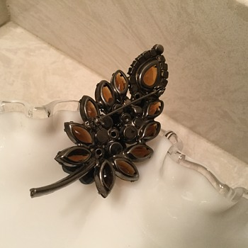 BURNT AMBER BROOCH - Costume Jewelry