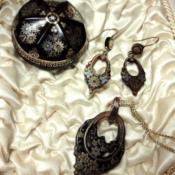 PIQUE SET; earrings and pendant
