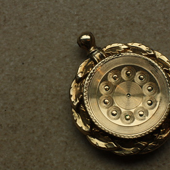 Victorian 9 carat gold locket