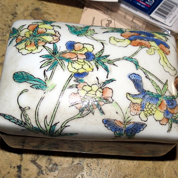 Qing dynasty ceramic box