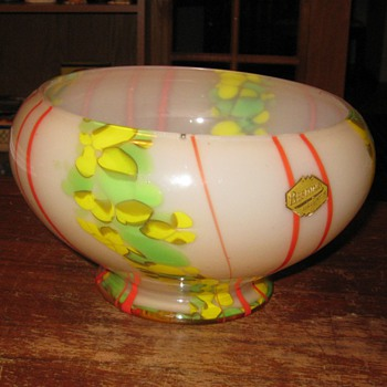 Kralik bowl with  label - Art Glass