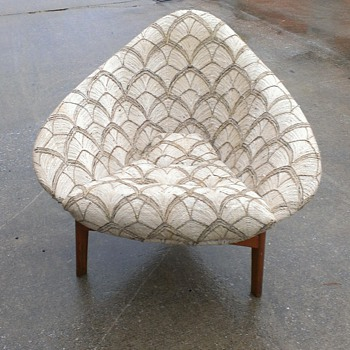 Mid century three legged shell chair unknown maker?