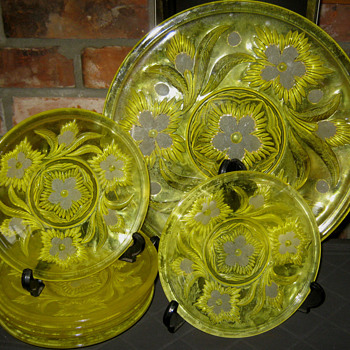 MYSTERY GLASS PLATE SET