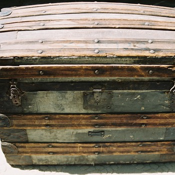 Steamer trunk, round top - Furniture