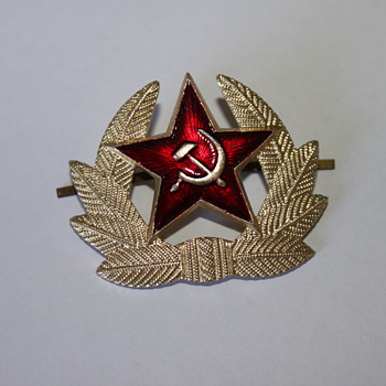 USSR Whichamacallit... And thanks to Kerry:  USSR Parade cap emblem - Military and Wartime