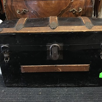 Antique trunk - age estimate?