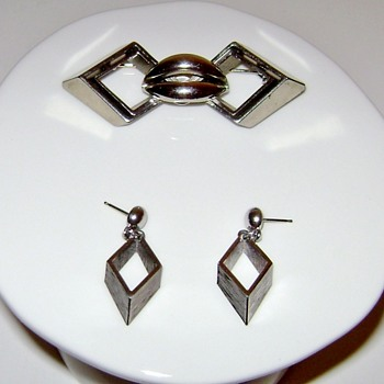 Art Deco Brooch and Earrings - Lips - Costume Jewelry