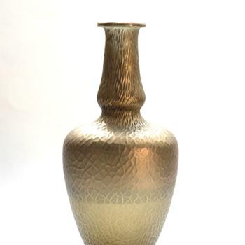 a loetz  kralik  martelé bronze vase?