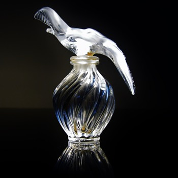 VINTAGE  LALIQUE -L'AIR DU TEMPS  NINA RICCI - FRANCE   - Art Glass