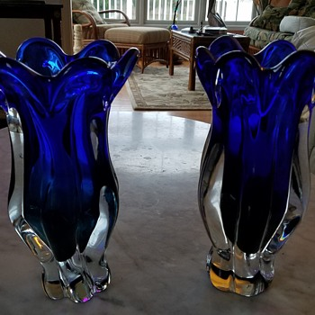 Royal Gallery (Poland) Cobalt blue / green scalloped art glass twisted vase.