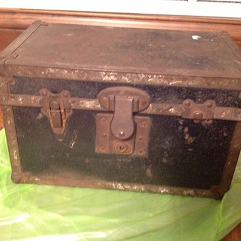 Doll or salesman sample? trunk - Furniture