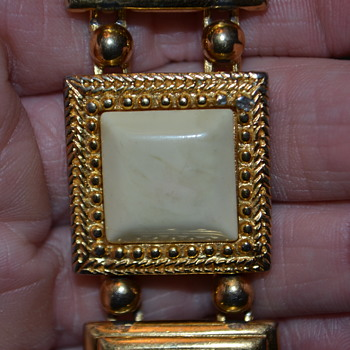 Heavy gold tone safet clasp bracelet. - Costume Jewelry