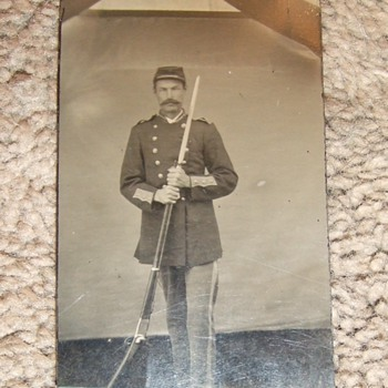 Tintype of 1880s US soldier with unusual rifle - Photographs