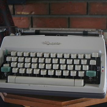 1966 Olympia SM9 portable typewriter (German)