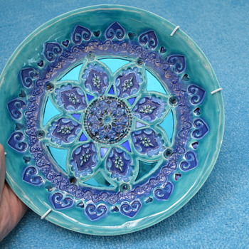 Blue decorative wall plate, signed Gill Leins? - Art Pottery