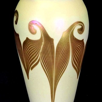 Quezal Gold Pulled & Hooked Feather Vase.