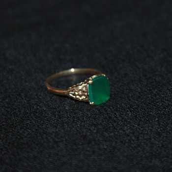 9K (CT) Vintage Ring with Green Stone - Fine Jewelry