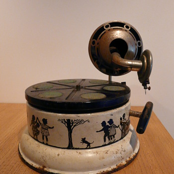 A NIFTY NIRONA CHILDREN&#039;S GRAMOPHONE