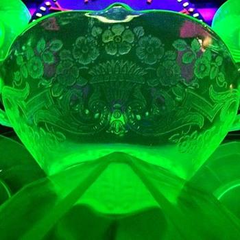 {Vintage} Debra bowl Vaseline glo-glass    - Glassware