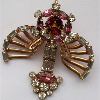 A Vintage Pin/Pendant marked D'eri - Costume Jewelry