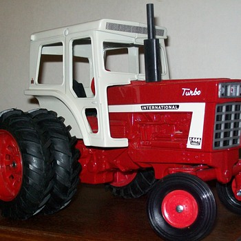 1972 Ertl International 1466 with plow