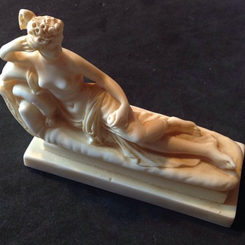 (Resin?) reclining lady - Figurines