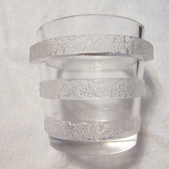 A Lalique France crystal 'Laves-Raisins Ricquewihr' vase, model 10-3476