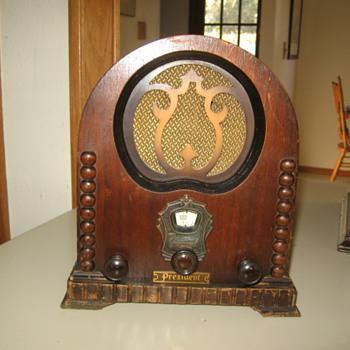 Rare Paramount Pee Wee Cathedral Tube Radio
