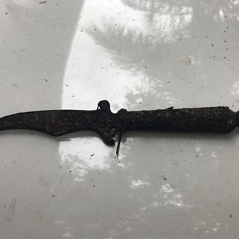 Just Found This Small Curved Blade Dagger - Military and Wartime