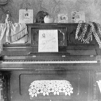 Piano and 3 girls funny pictures 1901