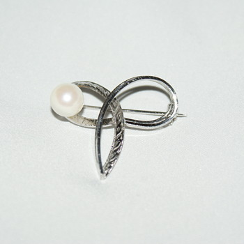 Vintage Brooch with Large Pearl - Fine Jewelry