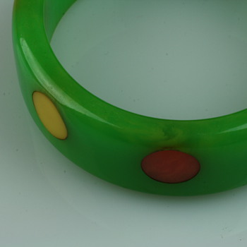 Polka dot green bakelite bracelet and earrings - Costume Jewelry