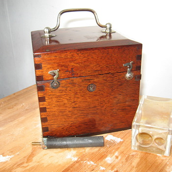 Early electro therapy device around 1.5 volt.  +-1900 with conductors made from 18k gold