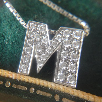 Wonderful 18K white gold letter M pendant and chain - Fine Jewelry