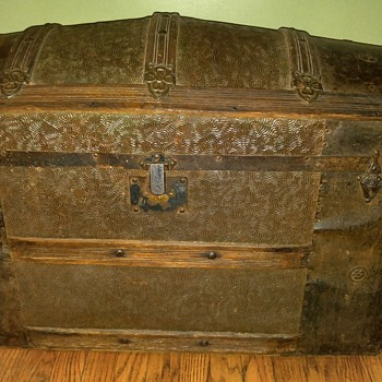 Trunk circa late 1800s - early 1900s - Furniture