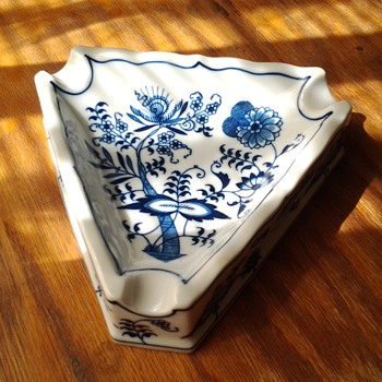 Blue Danube triangle ashtray - Tobacciana