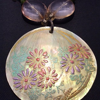 Beautiful shell pendant - Costume Jewelry