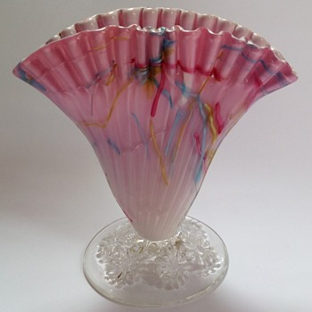Victorian pink Peloton glass fan shaped vase with crimped top