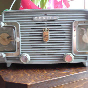 1954 zenith L520 clock radio.
